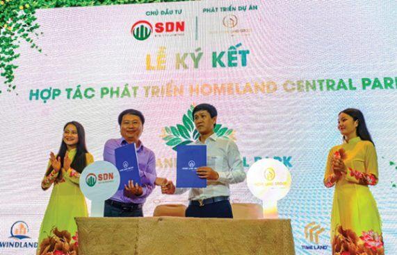 Ông Nguyễn Văn Hòa, Chủ tịch HĐQT Homeland Group (phải) ký kết hợp tác phát triển dự án với các đơn vị chức năng