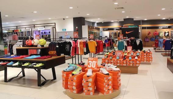 Các mặt hàng thời trang trong một Trung tâm mua sắm giảm giá